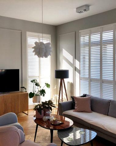 Apartament z drewnianymi shuttersami